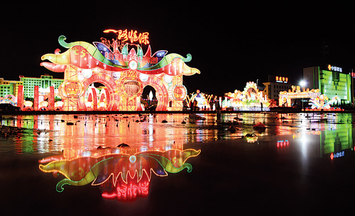 满天星装饰的树木,道路中间的中国结,让不少市民驻足观看,纷纷合影