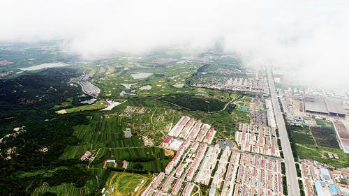 雨后的石岛管理区朝阳山麓,云雾缭绕,原野青翠,阡陌交通,屋舍俨然.
