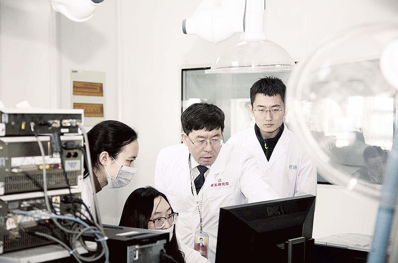 李钰金(右二)与团队成员进行数据分析.图片